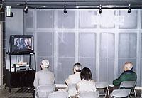 地階スペースでのビデオ上映