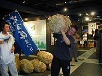 ただ一人60kgの米俵を担ぎ上げた大坪くん