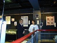 展示会場をまわる長岡市助役の 二澤氏と小林理事長