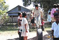 古タイヤの遊具で遊ぶ子ども達