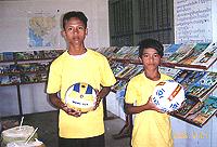 スポーツクラブのTシャツとボールをプレゼント