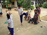 ゴムとびをして遊ぶ子どもたち