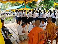 寺院の僧侶に感謝の捧物。 この国では僧侶の地位はとても高いのです