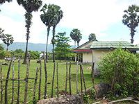 校舎とトイレ(手前)、校庭