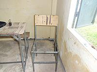 壊れている椅子と机